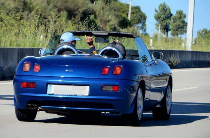 Javier y Lucía en el Fiat Barchetta de camino a Aveiro viajar en descapotable