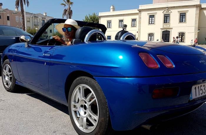 Estefanía en el Fiat Barchetta en Barra viajar en descapotable