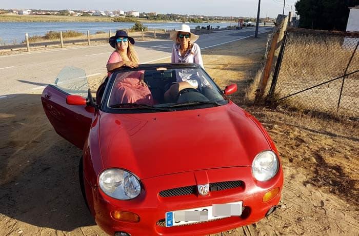 Lucía y Estefanía con el MGF cerca de Aveiro viajar en descapotable