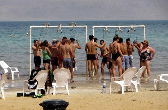 Duchas de agua dulce en la playa de Ein Gedi mar Muerto en Israel