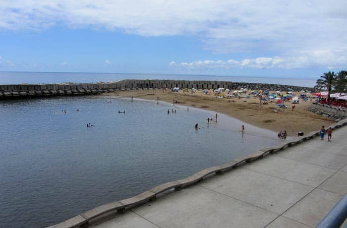Vista de la playa artificial de Calheta playas de Madeira