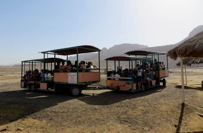 Tren que une el balenario de Ein Gedi con la playa del mar Muerto en Israel