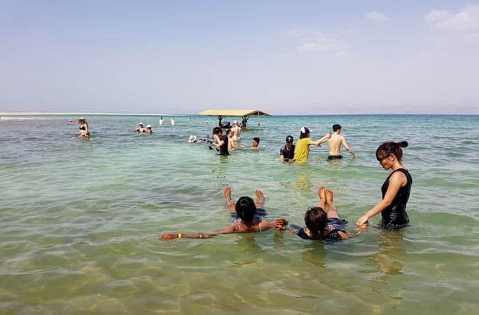Turistas flotando en el mar Muerto en Israel