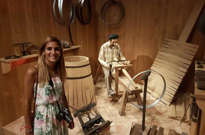 Estefanía junto a Venancio el tonelero en el Museo del Vino