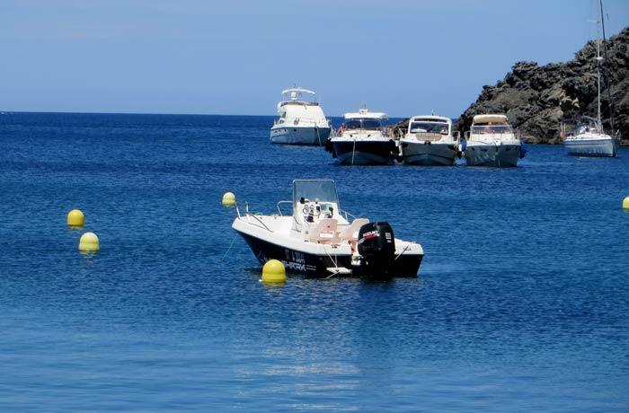 Una embarcación invadiendo la zona de bañistas en cala Tavalllera mejores calas de la Costa Brava