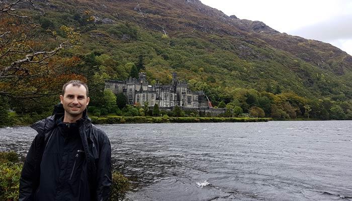 Pablo ante la abadía de Kylemore