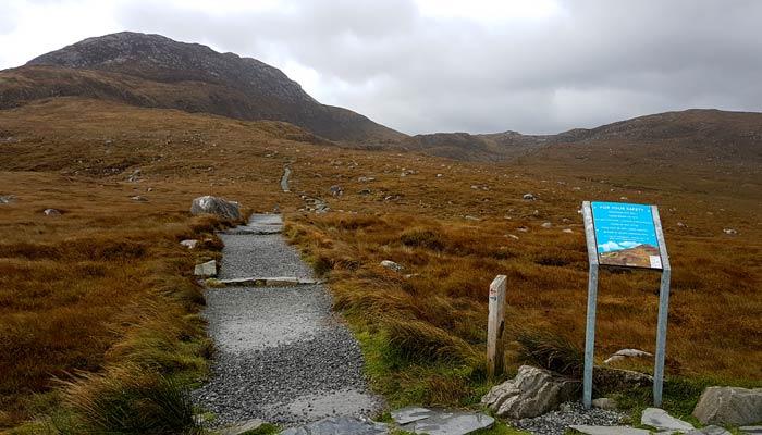 Comienzo del sendero rojo para subir a Diamond Hill