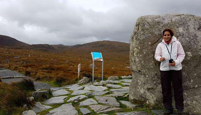 Estefanía refugiándose del viento antes de comenzar el sendero rojo para subir a Diamond Hill