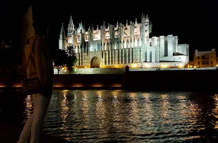 Vista nocturna de la Catedral de Palma qué hacer en Mallorca en invierno
