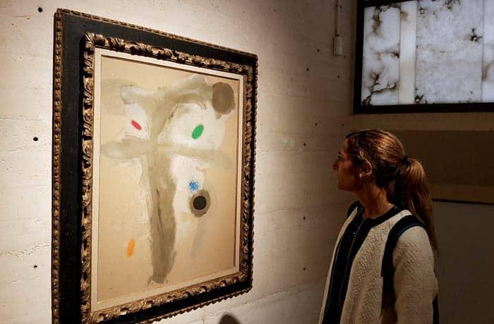 Estefanía contemplando una obra de Joan Miró en el museo su Fundación en Palma qué hacer en Mallorca en invierno