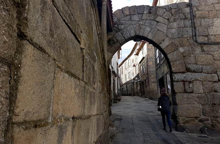 Puerta del Sol en la muralla de Guarda, ubicada junto al restaurante
