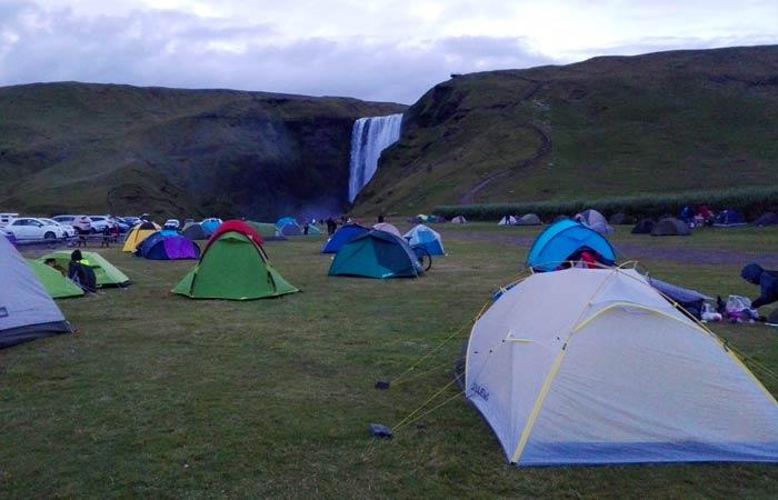 Tiendas de campaña ante la cascada de Skógafoss Islandia por libre