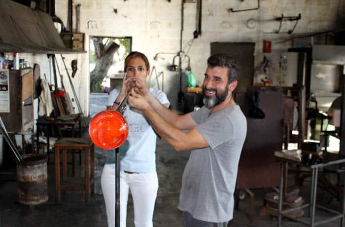 Estefanía soplando una pieza de vidrio en Lafiore qué hacer en Mallorca en invierno