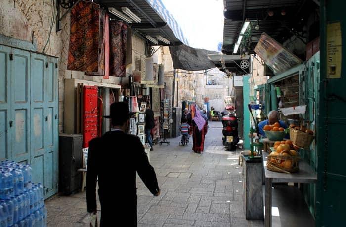 Un judío ortodoxo camina por el barrio musulmán de Jerusalén qué ver en Jerusalén
