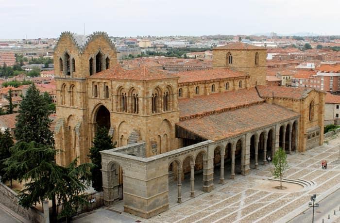 Basílica de San Vicente desde la Muralla Ávila en un día