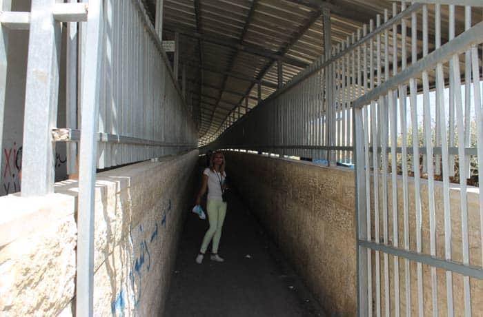 Estefanía, en la entrada del 'checkpoint' Belén desde Jerusalén