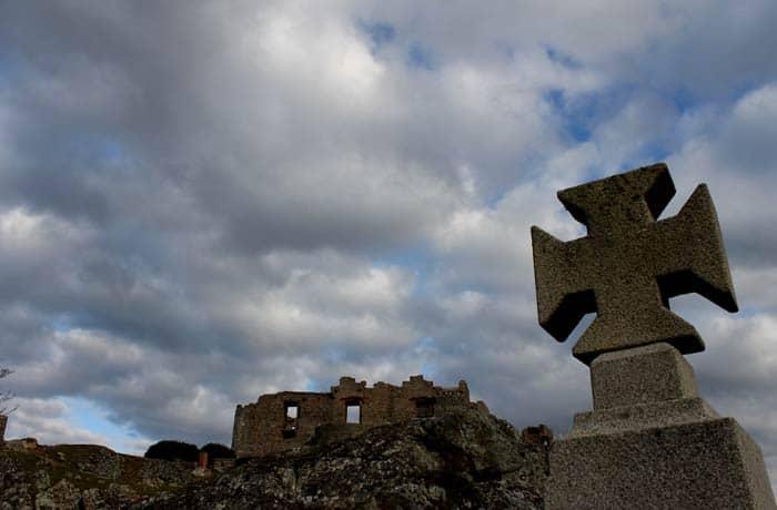 Cruz del monumento a las batallas de Castelo Rodrigo con el castillo al fondo