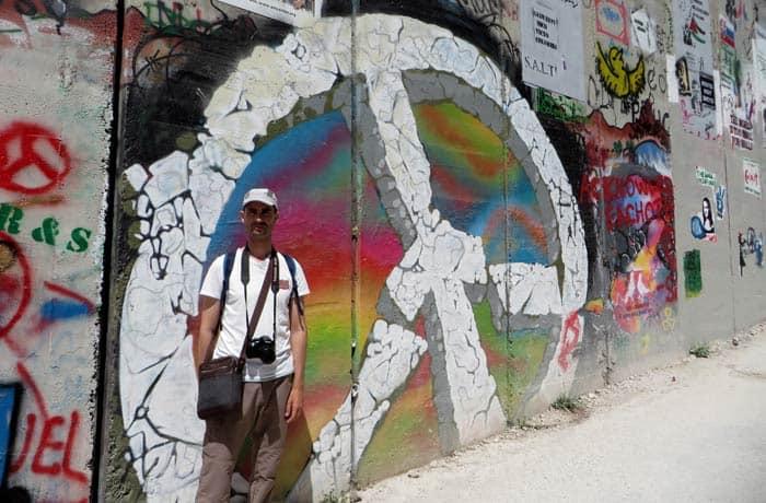 Símbolo de la paz en un grafiti del muro Belén desde Jerusalén