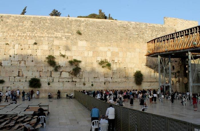División de hombres y mujeres en el Muro de las Lamentaciones. A la derecha, el pasadizo que lleva hasta la Explanada de las Mezquitas qué ver en Jerusalén