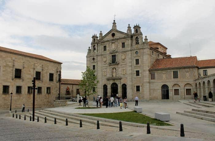 Vista de la iglesia y convento de Santa Teresa en la plaza de la Santa Ávila en un día