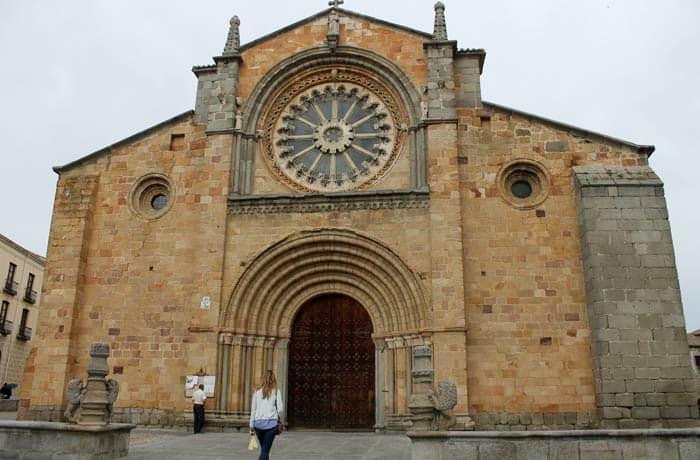 Iglesia de San Pedro Ávila en un día