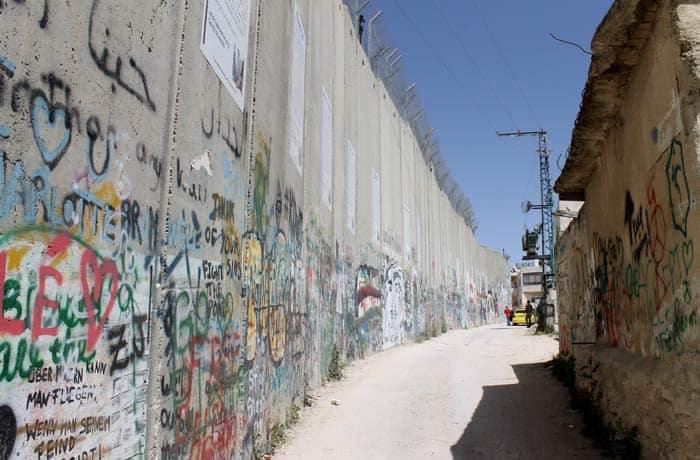 Estrecho camino por el que anduvimos junto al muro para llegar al 'checkpoint' Belén desde Jerusalén