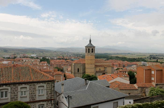La iglesia de Santiago y las cumbres de Gredos al fondo desde el paseo del Rastro Ávila en un día