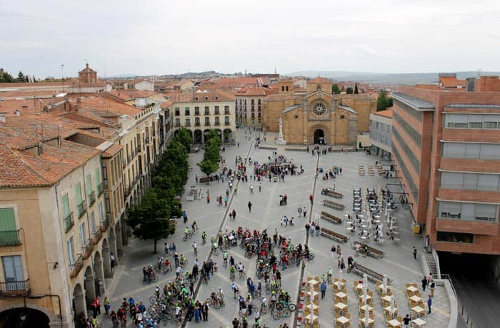 Plaza de Santa Teresa o del Mercado Grande, con la obra de Moneo a la derecha Ávila en un día