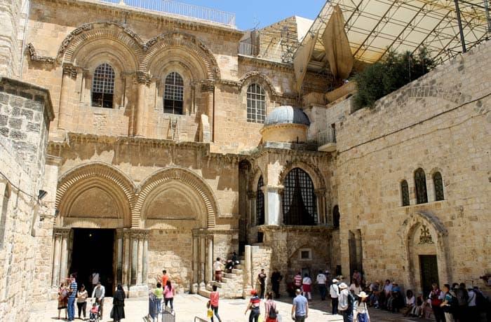 Puerta cegada junto a la principal de entrada a la basílica del Santo Sepulcro qué ver en Jerusalén