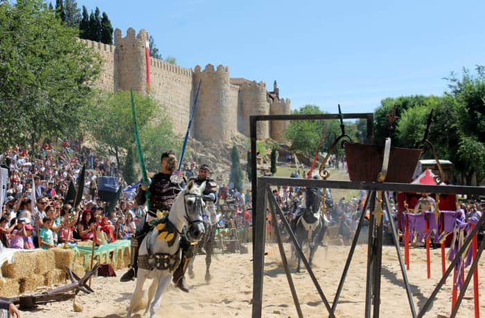 Torneo medieval junto a la Muralla Ávila en un día