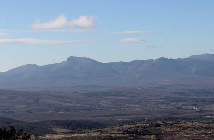 Vista de la Peña de Francia a la izquierda Cueva de la Mora