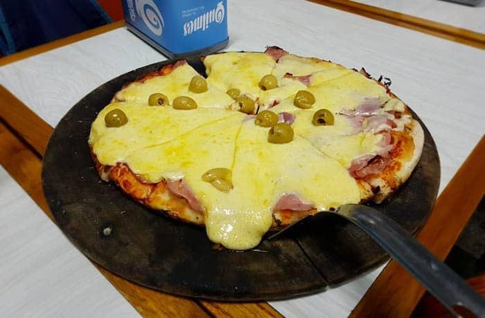 Típica pizza argentina en El Cuartito Argentina por libre