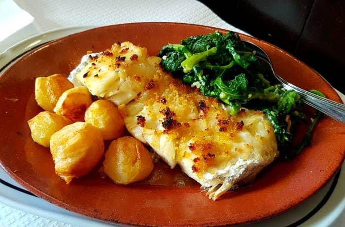 Posta de bacalao con patatas y grelos comer en Trancoso