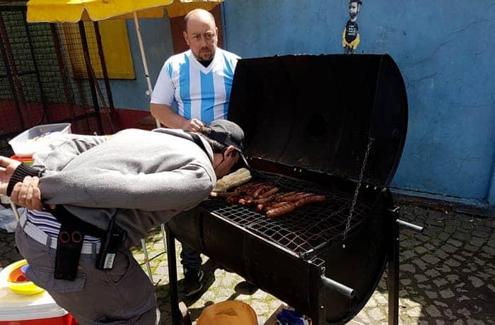 Asando carne en Caminito visitar La Boca