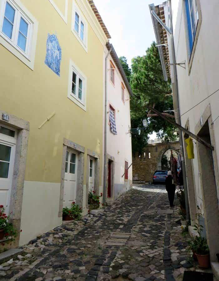 Una de las calles del barrio del Castillo en la Alfama