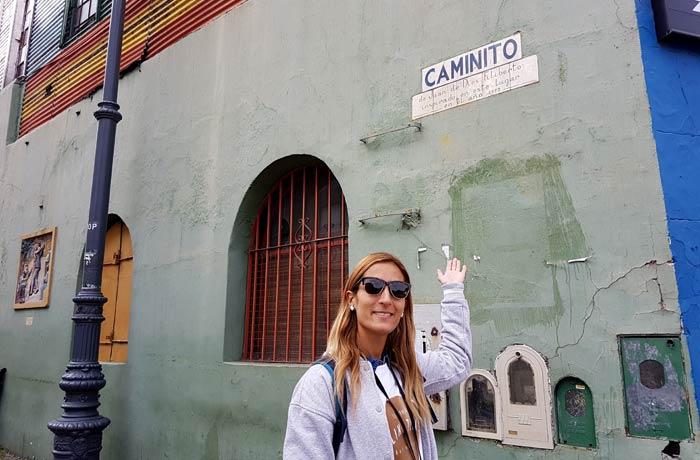 Ante la placa de Caminito visitar La Boca