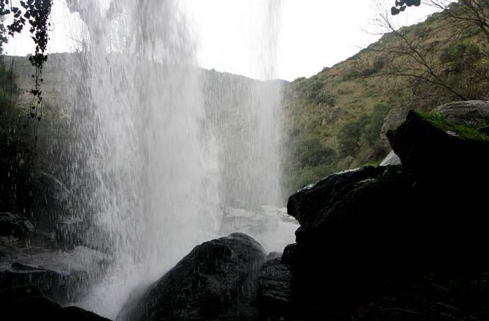 El agua de la cascada desde la cueva del Pozo Airón