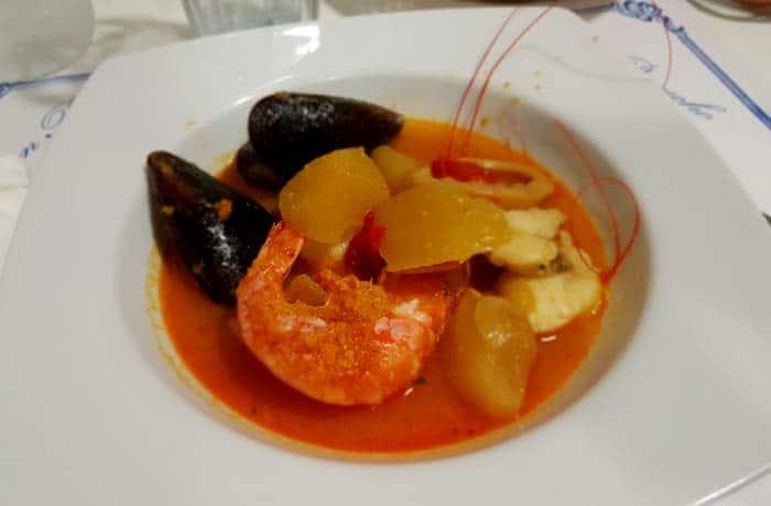 El suquet de peix, ya servido comer en Rosas