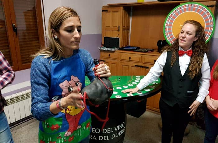 Estefanía jugando al casino del vino de Ribiértete Ribera del Duero Burgalesa