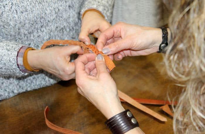 Participando en el taller de cuero de Artencueropilar en Tubilla del Lago Ribera del Duero Burgalesa