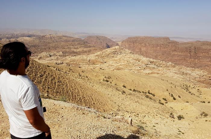 Pedro, nuestro compañero de viaje, ante el valle que se divisa kilómetros antes de llegar a Petra