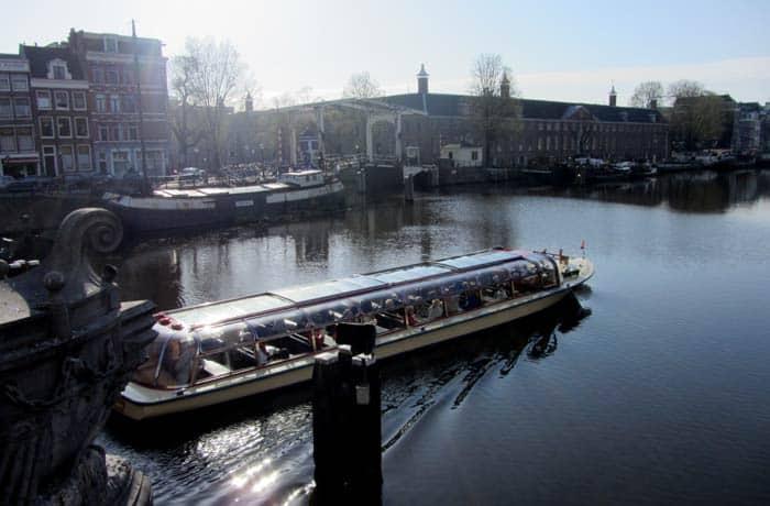 Uno de los barcos que realiza los paseos Ámsterdam en tres días