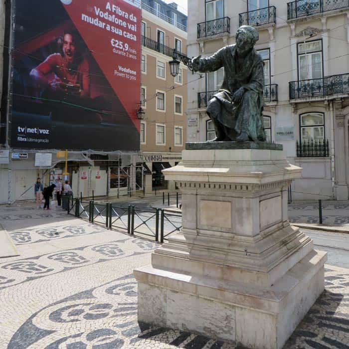 Escultura al poeta Chiado ruta por el Chiado