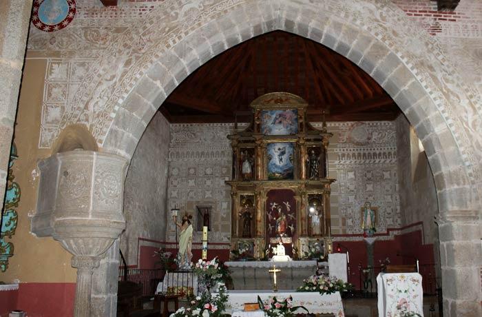 Altar de la iglesia de la Asunción de Sotoserrano ruta de los Tres Ríos