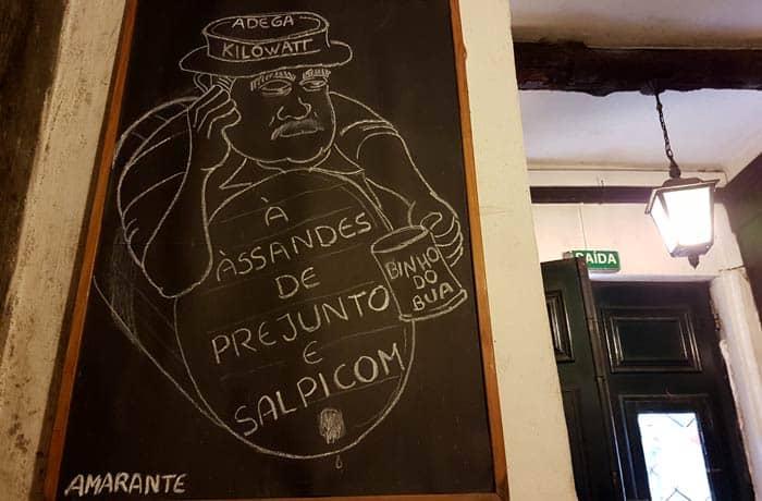 Dibujo en una pizarra de la Adega Kilowatt comer en Amarante