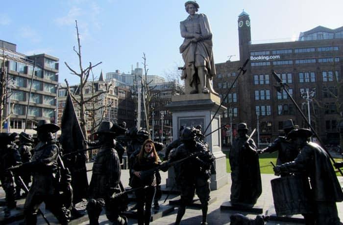 """Escultura de """"La ronda de noche"""" en Rembrandtplein Ámsterdam en tres días"""