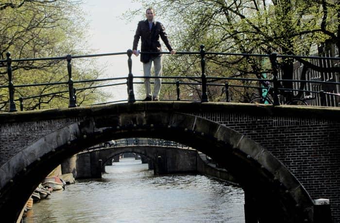 Sucesión de puentes en el río Amstel Ámsterdam en tres días