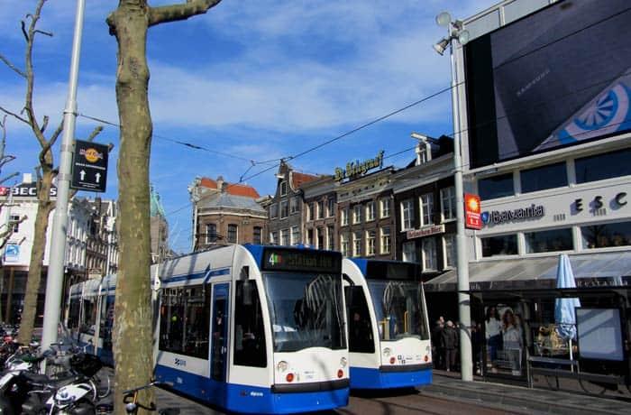 Tranvías pasando por Rembrandtplein Ámsterdam en tres días
