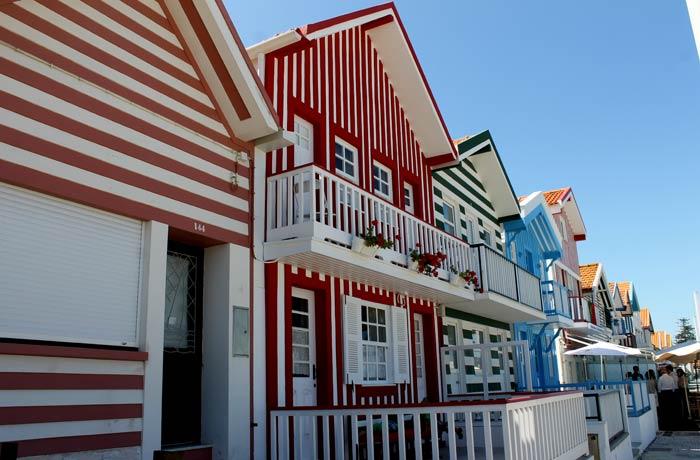 Varias casas de colores de Costa Nova