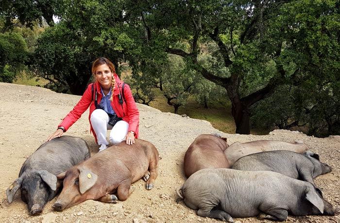Estefanía junto a los cerdos de Eíriz qué hacer en Aracena